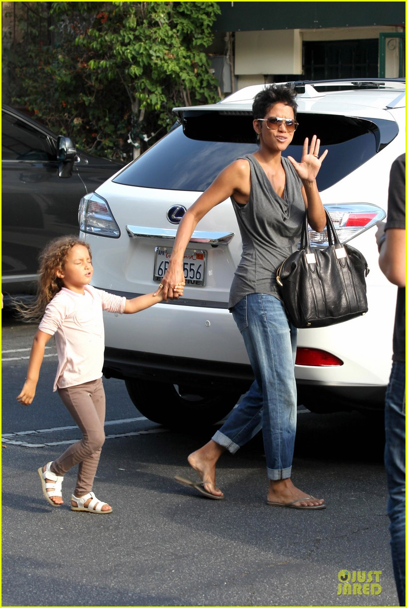 halle berry halloween shopping with nahla 032733908