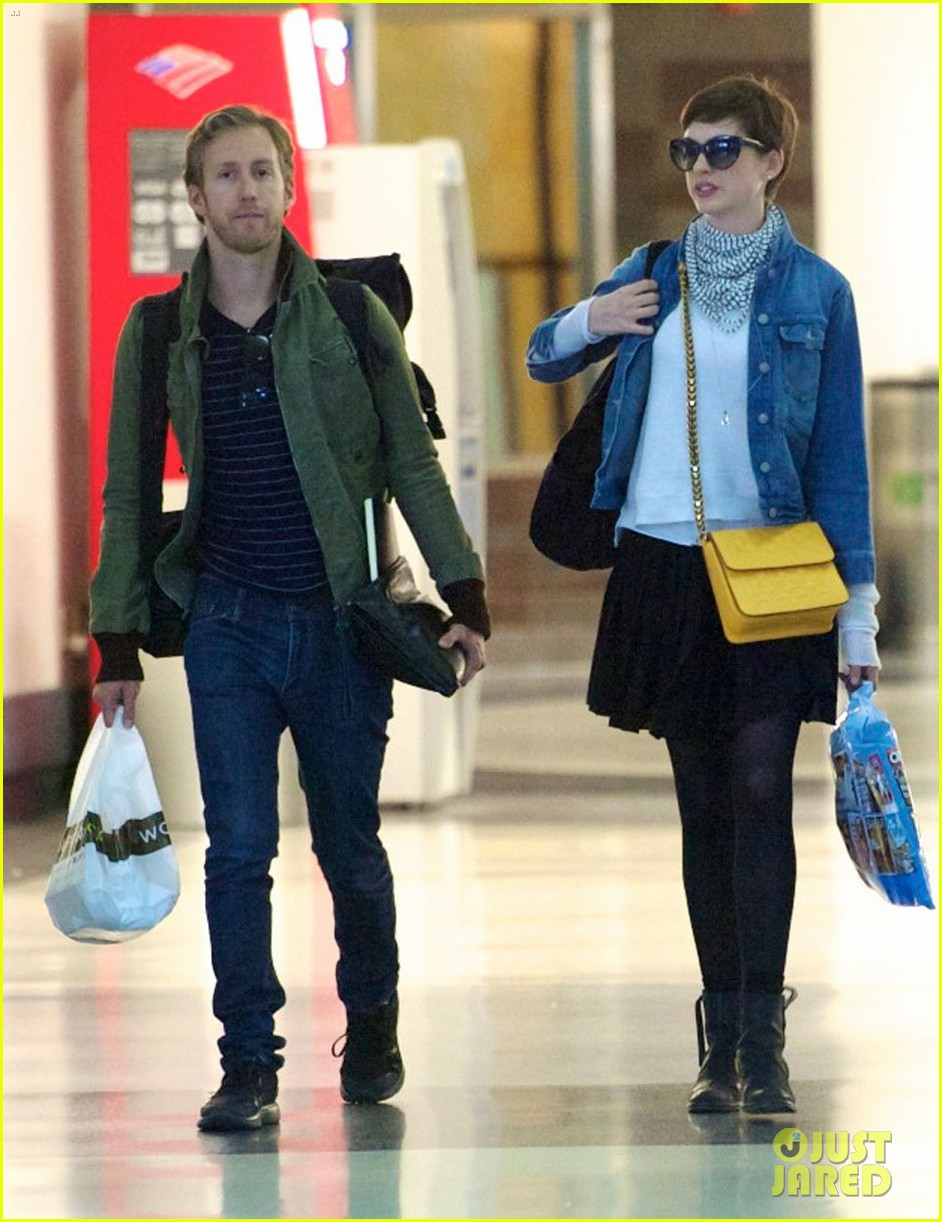 anne hathaway post wedding flight with adam shulman 032732798