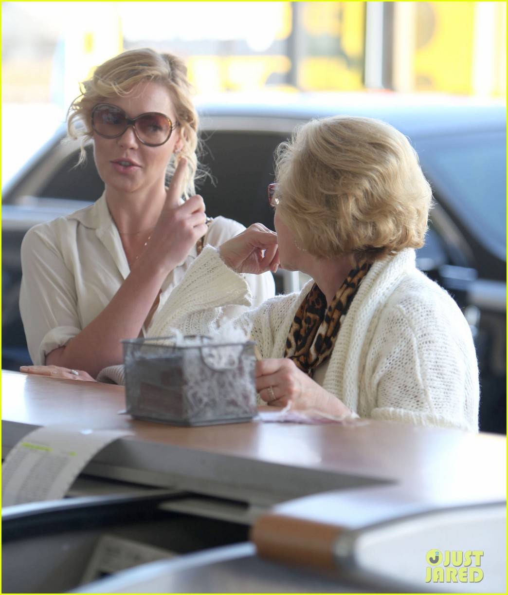 katherine heigl departing flight with mom nancy 022736470
