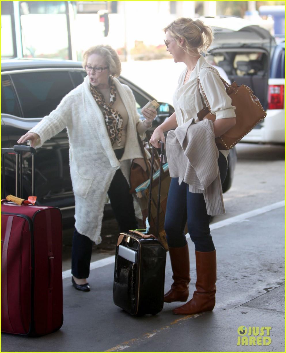 katherine heigl departing flight with mom nancy 052736473