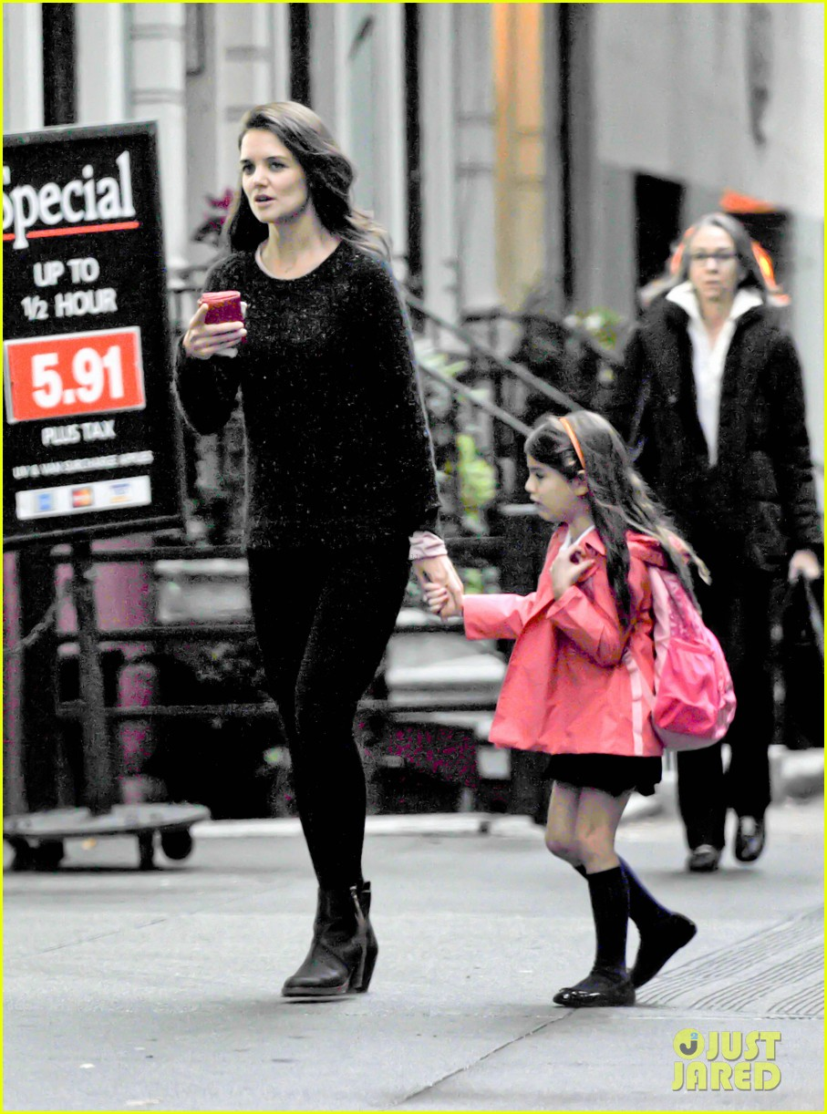 katie holmes suri rainy tuesday twosome 01