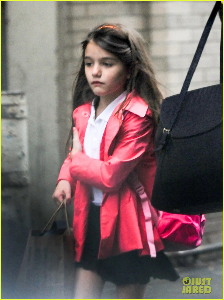 katie holmes suri rainy tuesday twosome 04