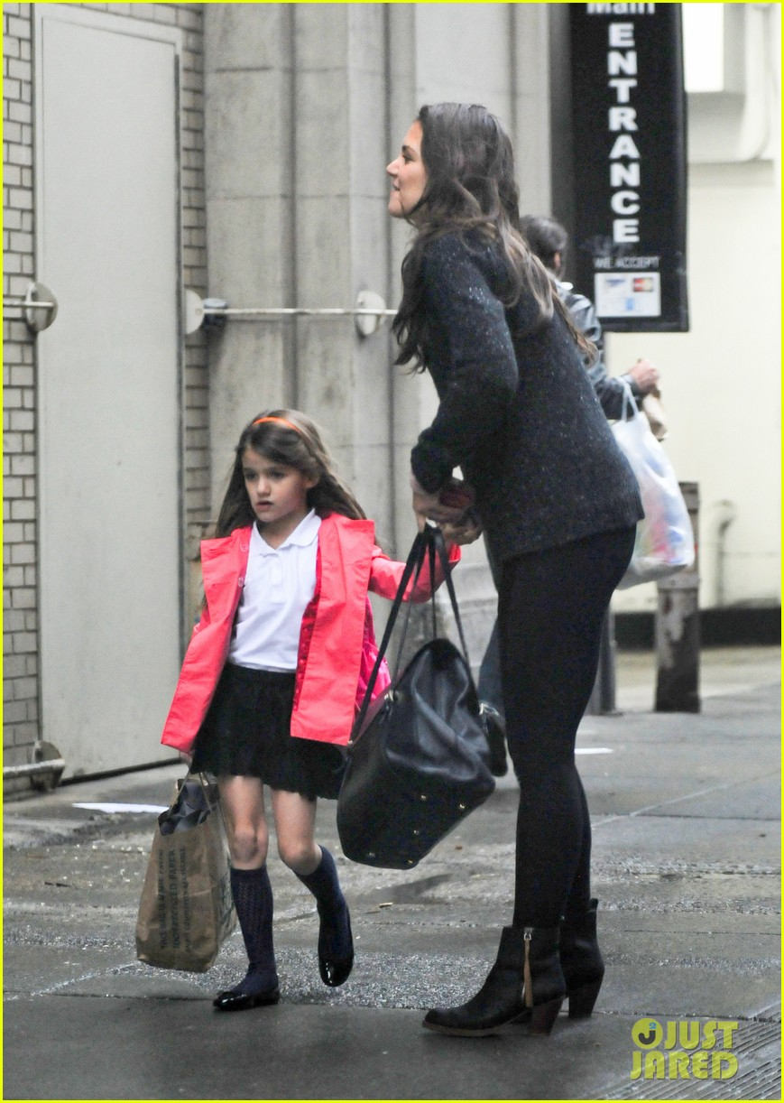 katie holmes suri rainy tuesday twosome 052735914