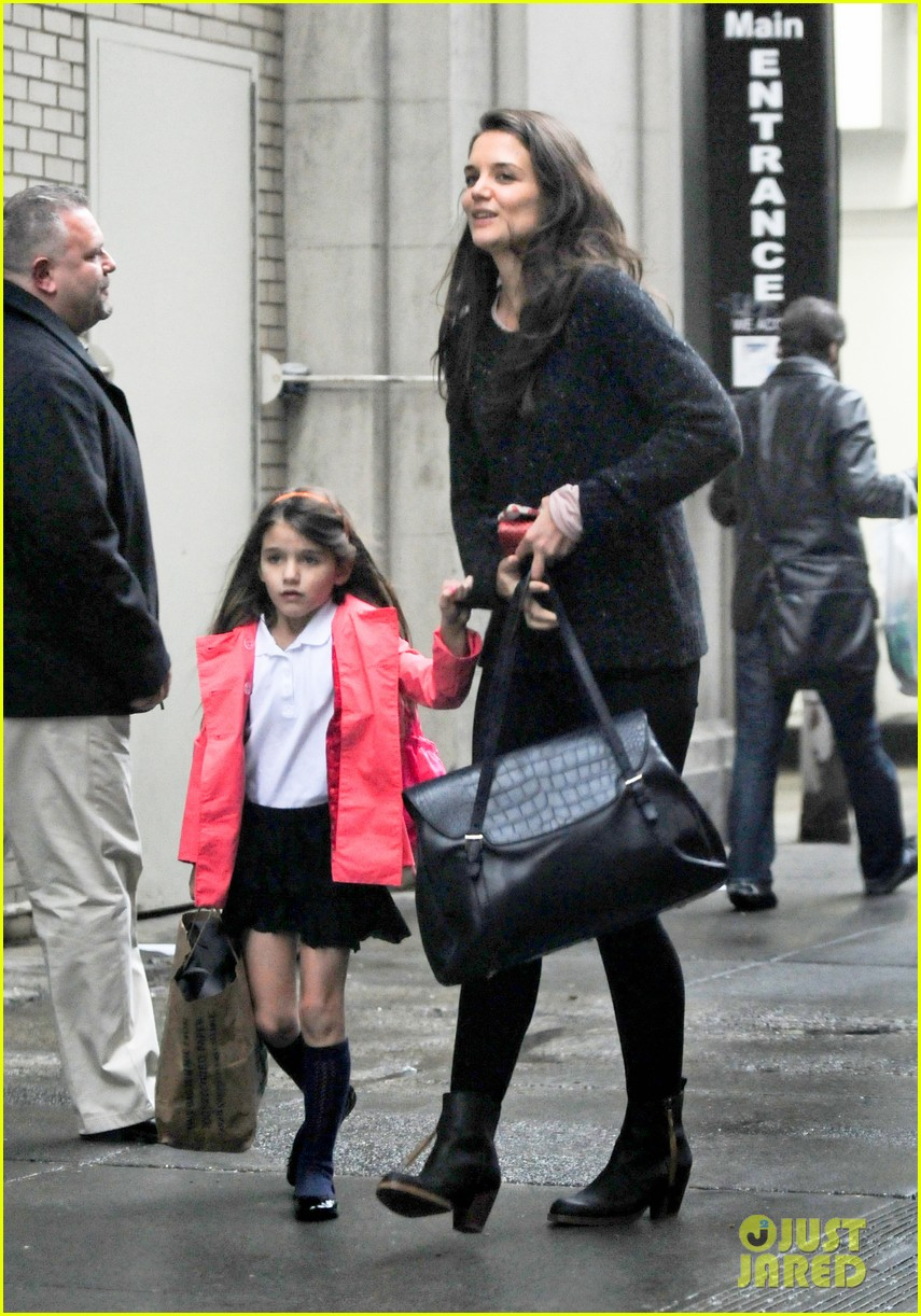 katie holmes suri rainy tuesday twosome 122735921