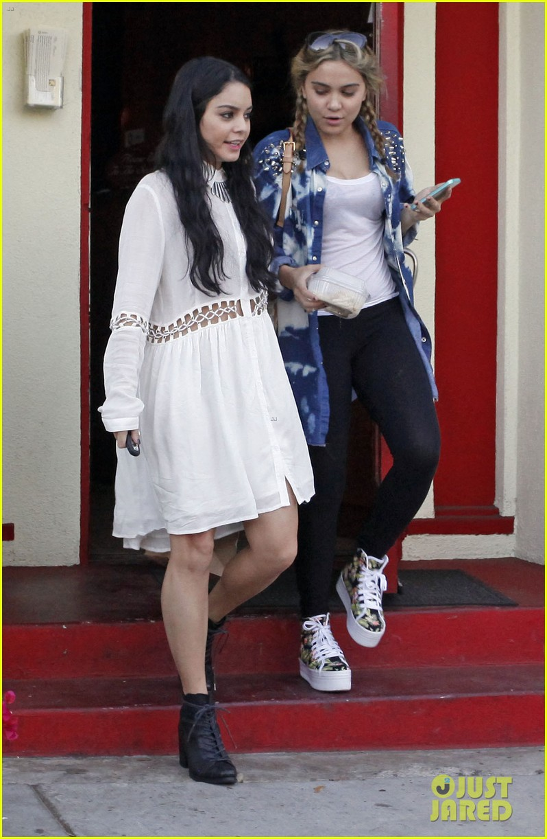 vanessa hudgens halloween horror nights with ashley tisdale 022746662