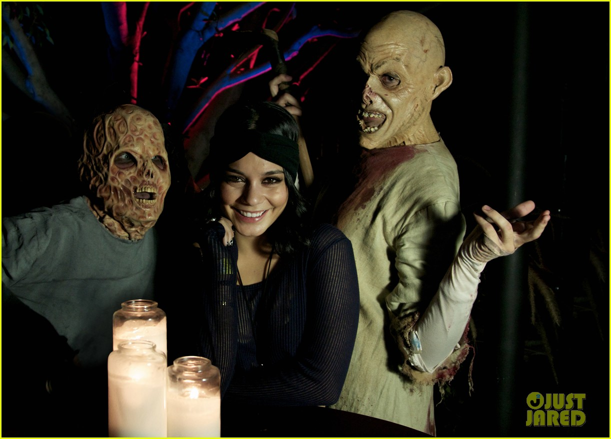 vanessa hudgens hollywood horror nights with sister stella 01