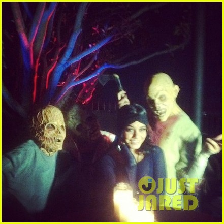 vanessa hudgens hollywood horror nights with sister stella 03.