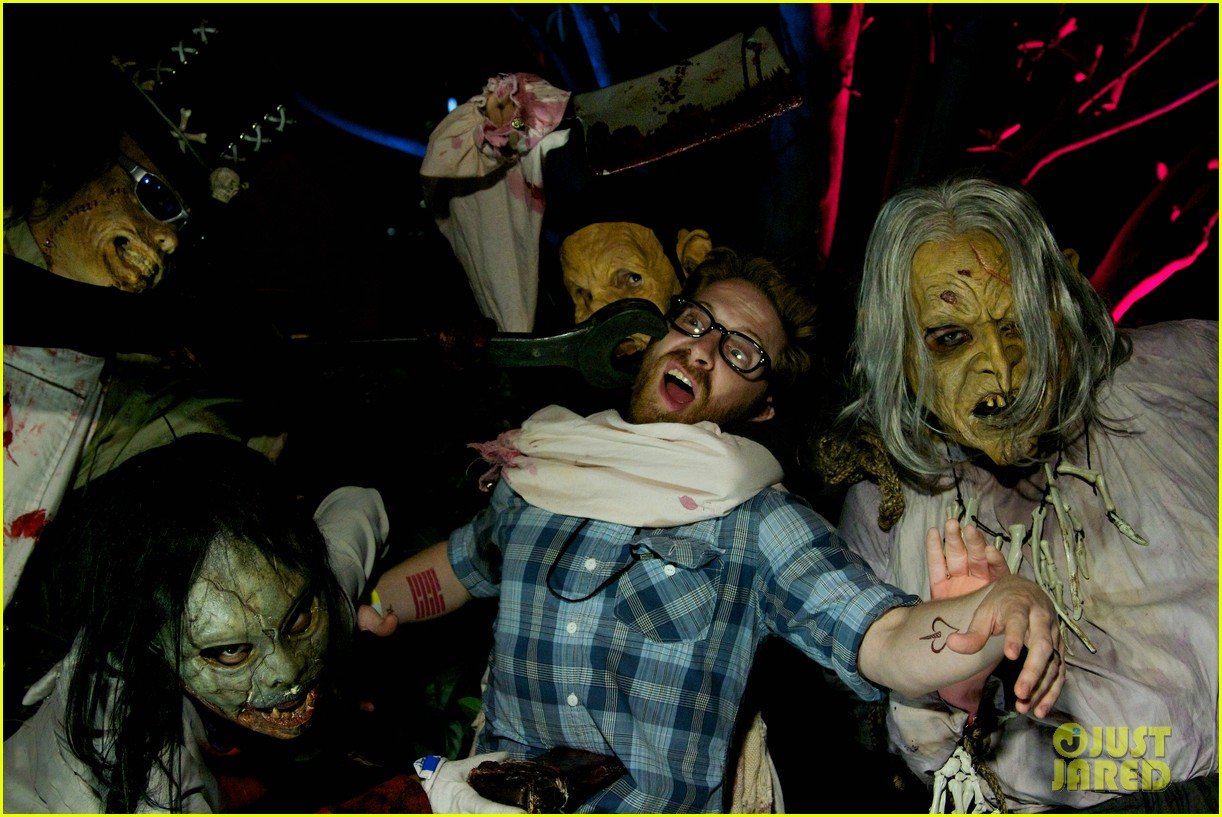 vanessa hudgens hollywood horror nights with sister stella 102731760