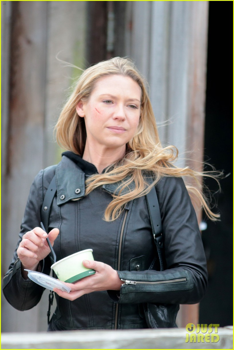 joshua jackson fringe set with anna torv 132743343