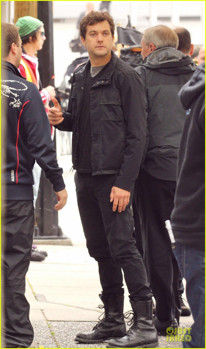 joshua jackson streches on fringe set 03
