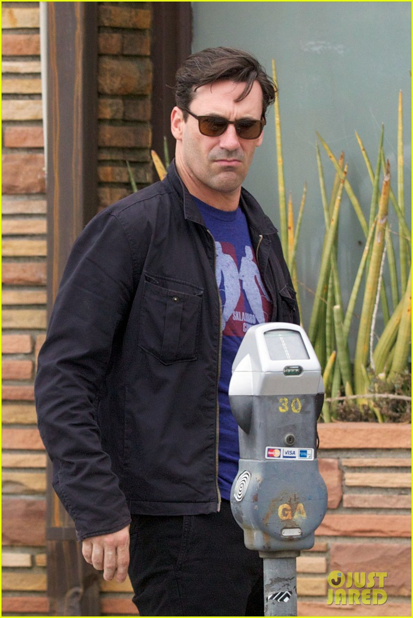 january jones jon hamm mad men season six headed to hawaii 052740945