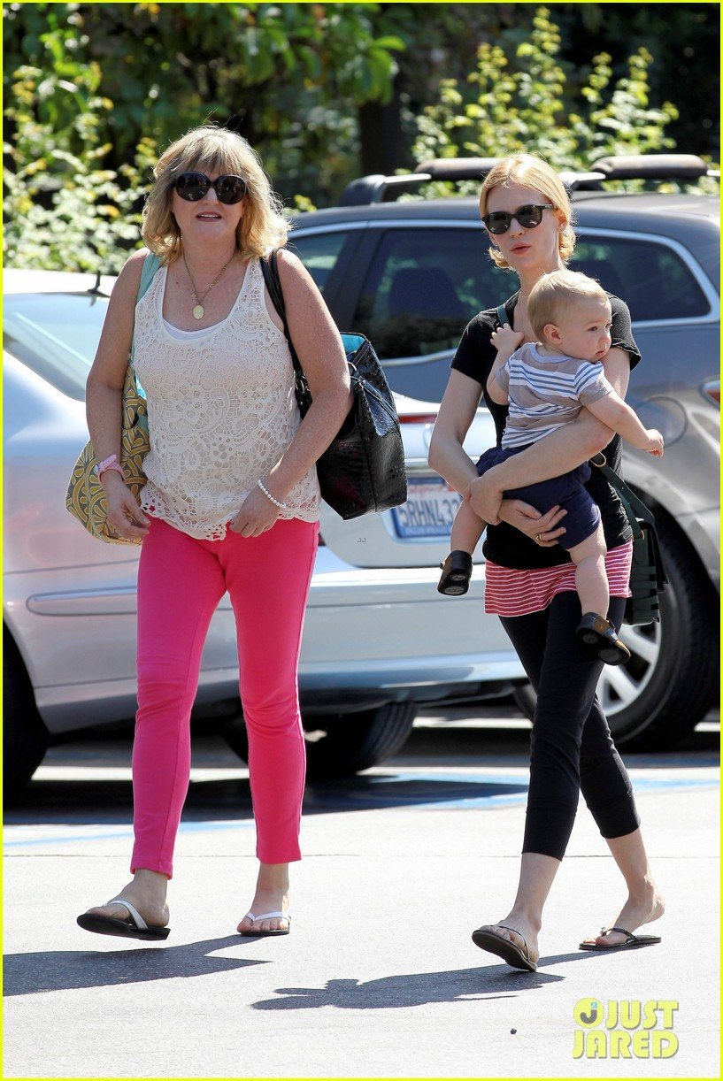 january jones window shopping with baby xander 052733277
