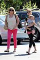 january jones window shopping with baby xander 05