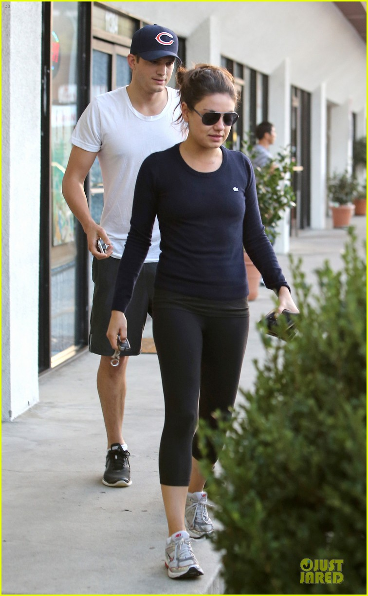 mila kunis ashton kutcher foot pampering couple 032741395