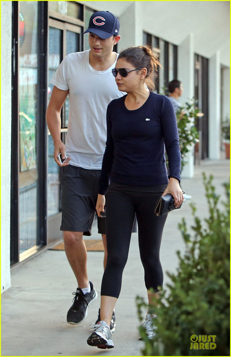 mila kunis ashton kutcher foot pampering couple 05