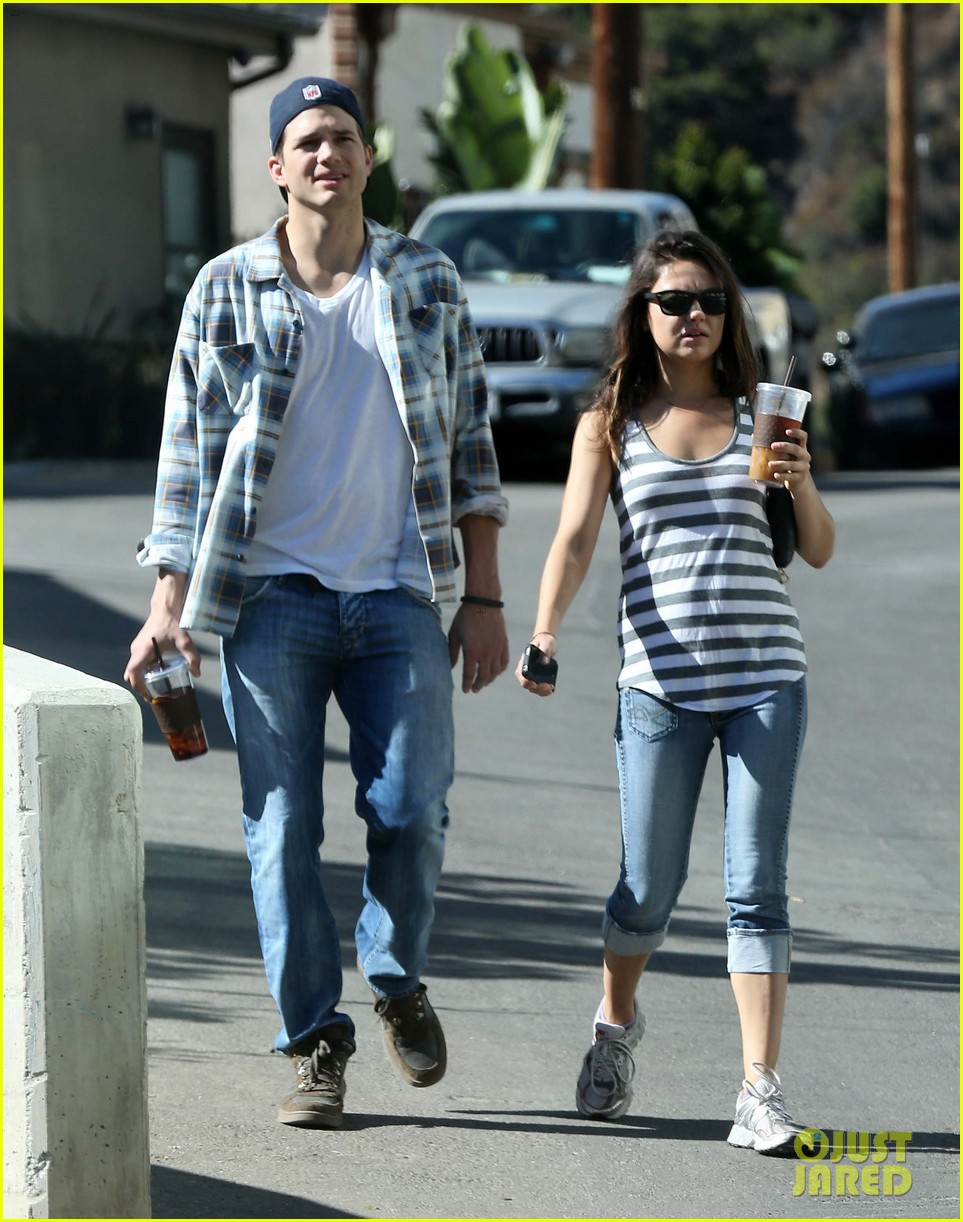 ashton kutcher mila kunis iced coffees to go 032746378