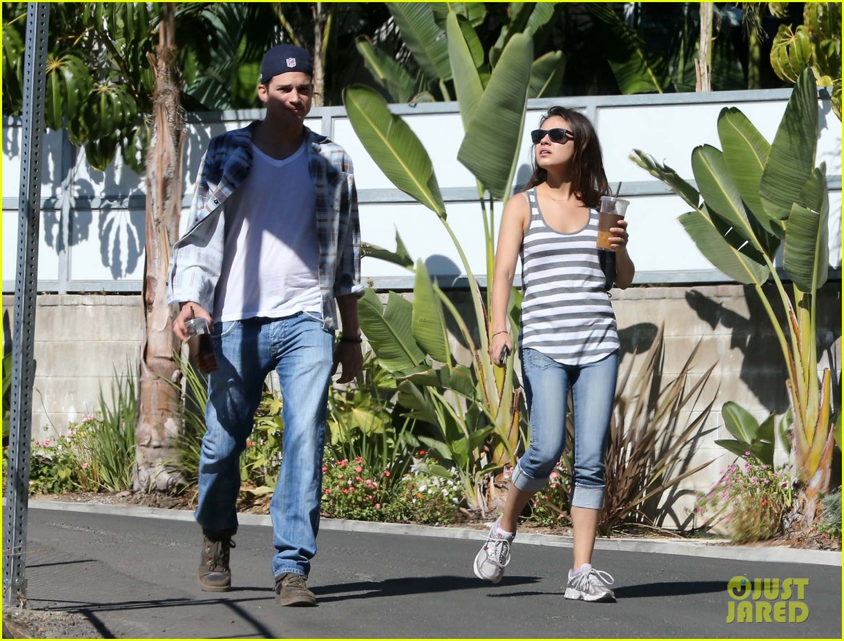 ashton kutcher mila kunis iced coffees to go 072746382