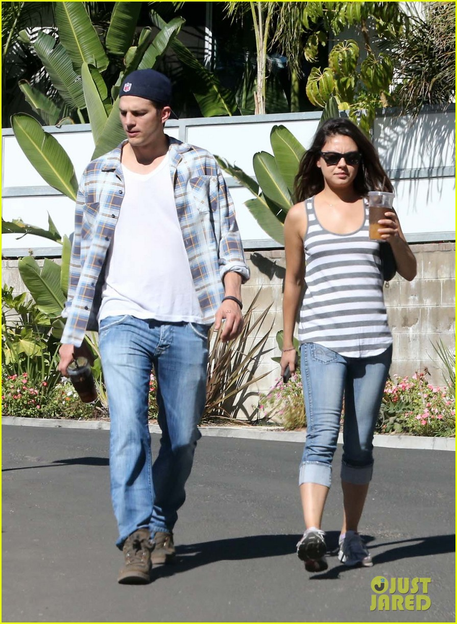 ashton kutcher mila kunis iced coffees to go 102746385
