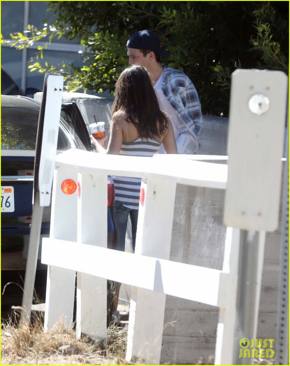 ashton kutcher mila kunis iced coffees to go 122746387