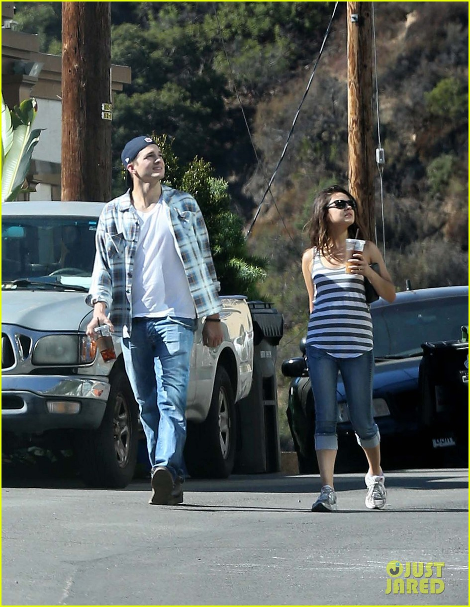 ashton kutcher mila kunis iced coffees to go 152746390