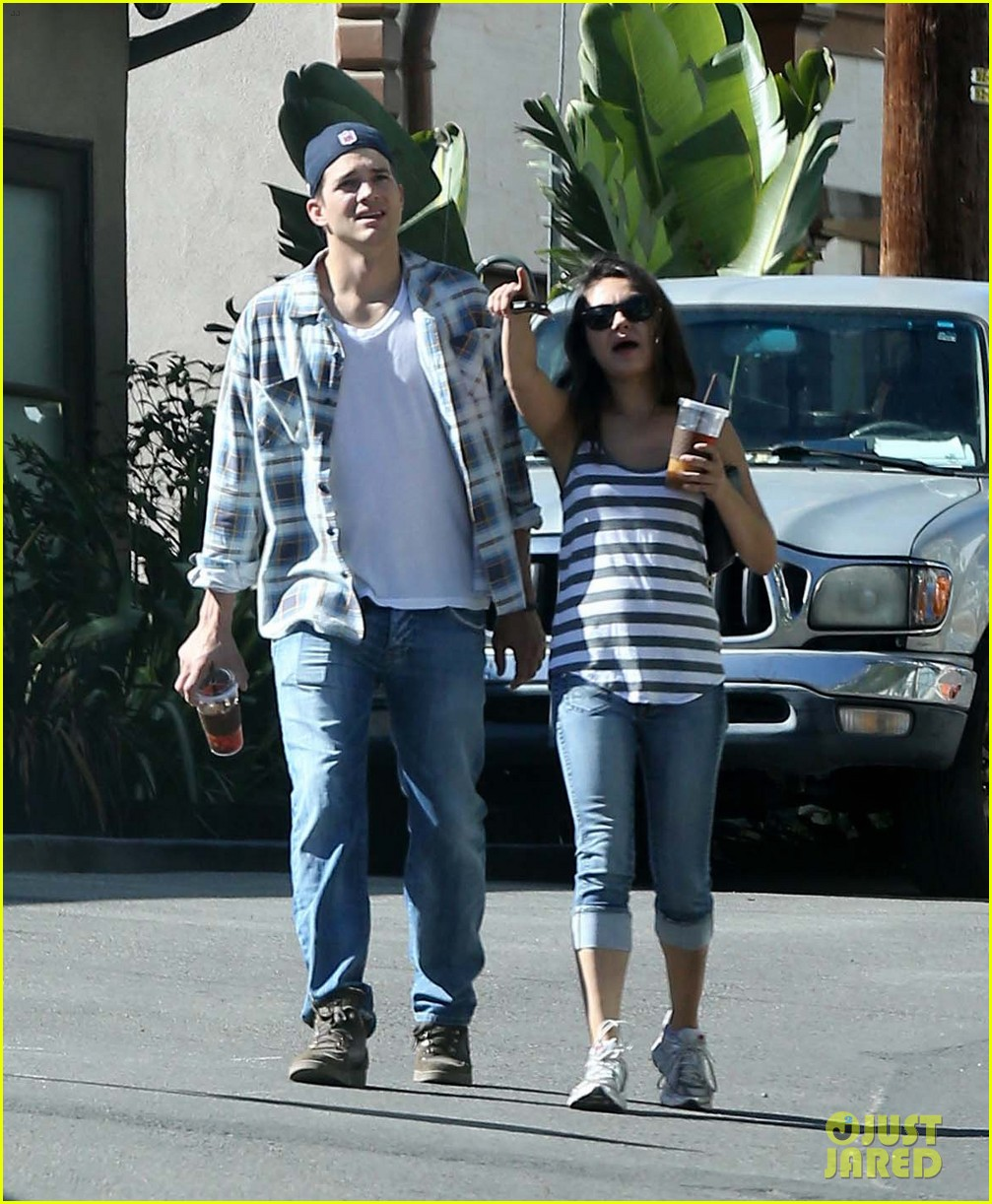 ashton kutcher mila kunis iced coffees to go 162746391