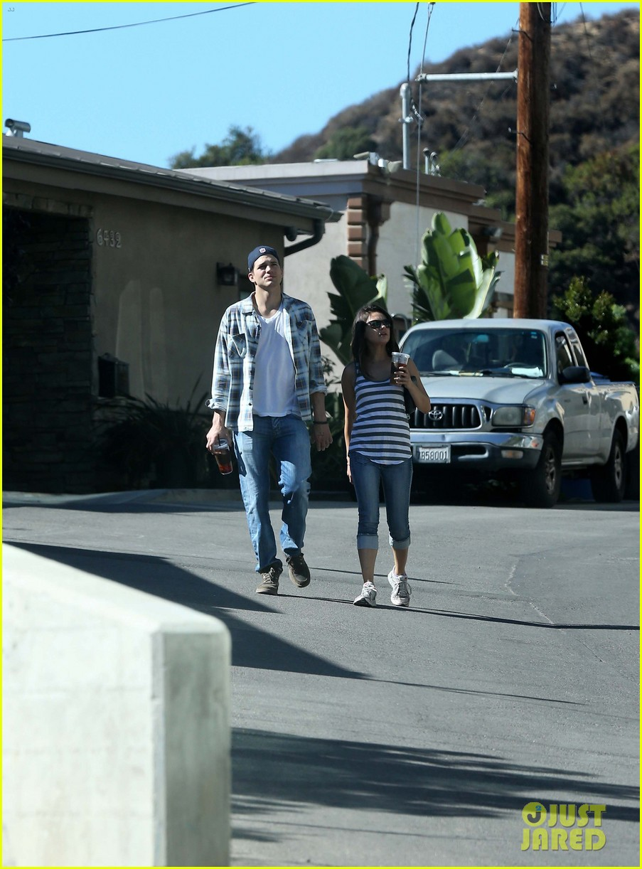 ashton kutcher mila kunis iced coffees to go 172746392