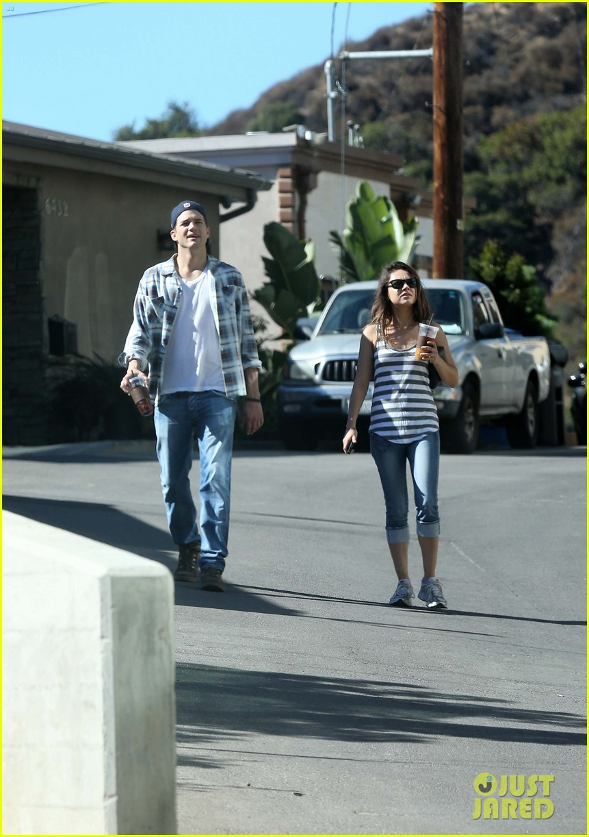 ashton kutcher mila kunis iced coffees to go 202746395