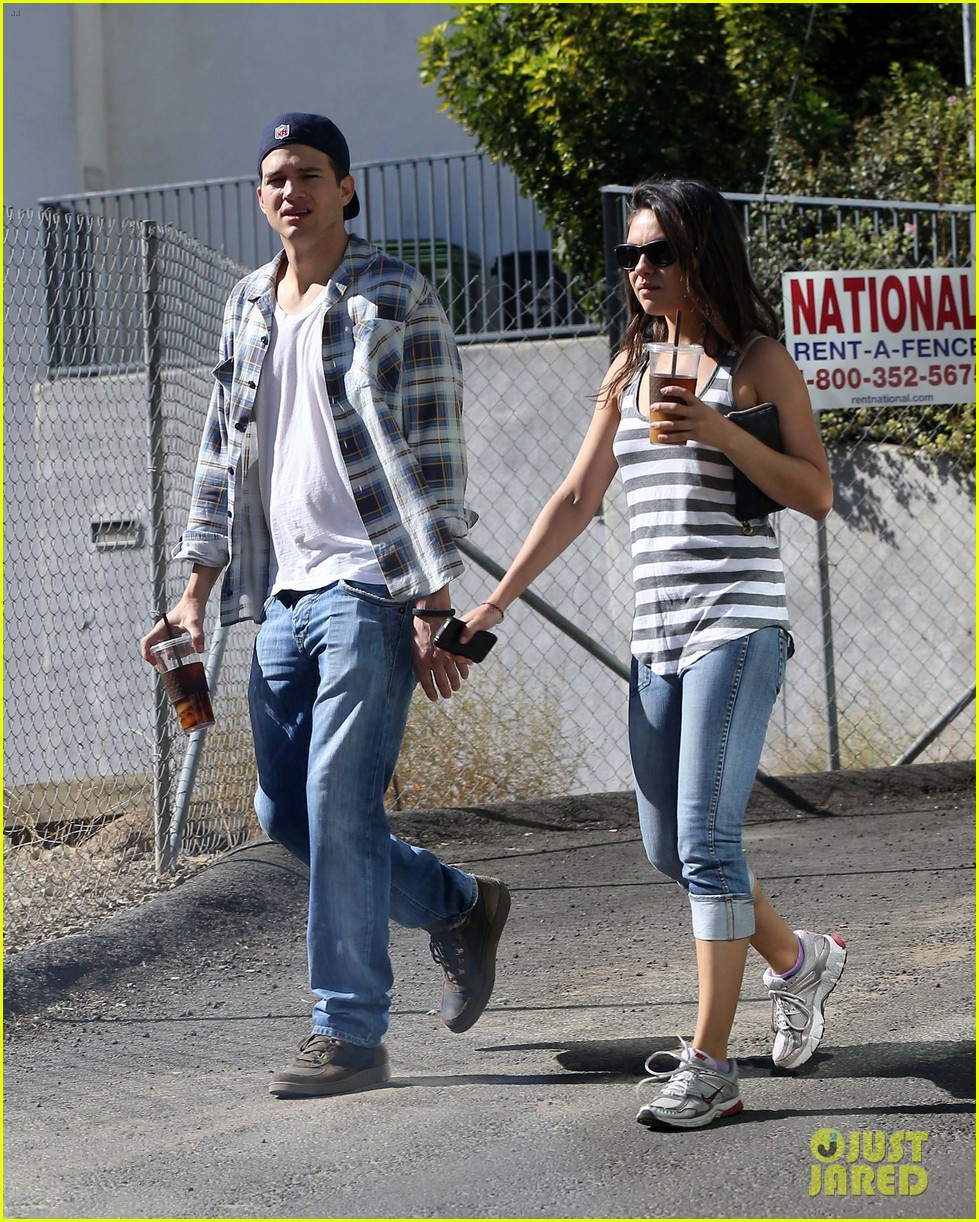 ashton kutcher mila kunis iced coffees to go 27