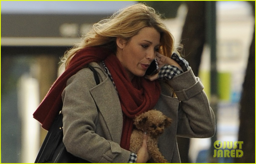 blake lively gossip girl set with pups 02