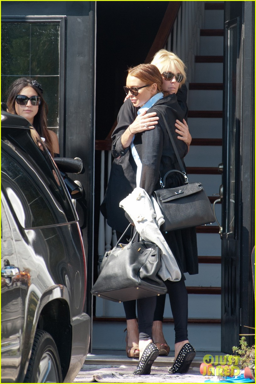 lindsay lohan mom dina hug after fight 142736098