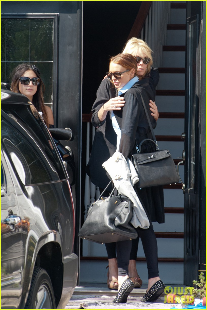 lindsay lohan mom dina hug after fight 15