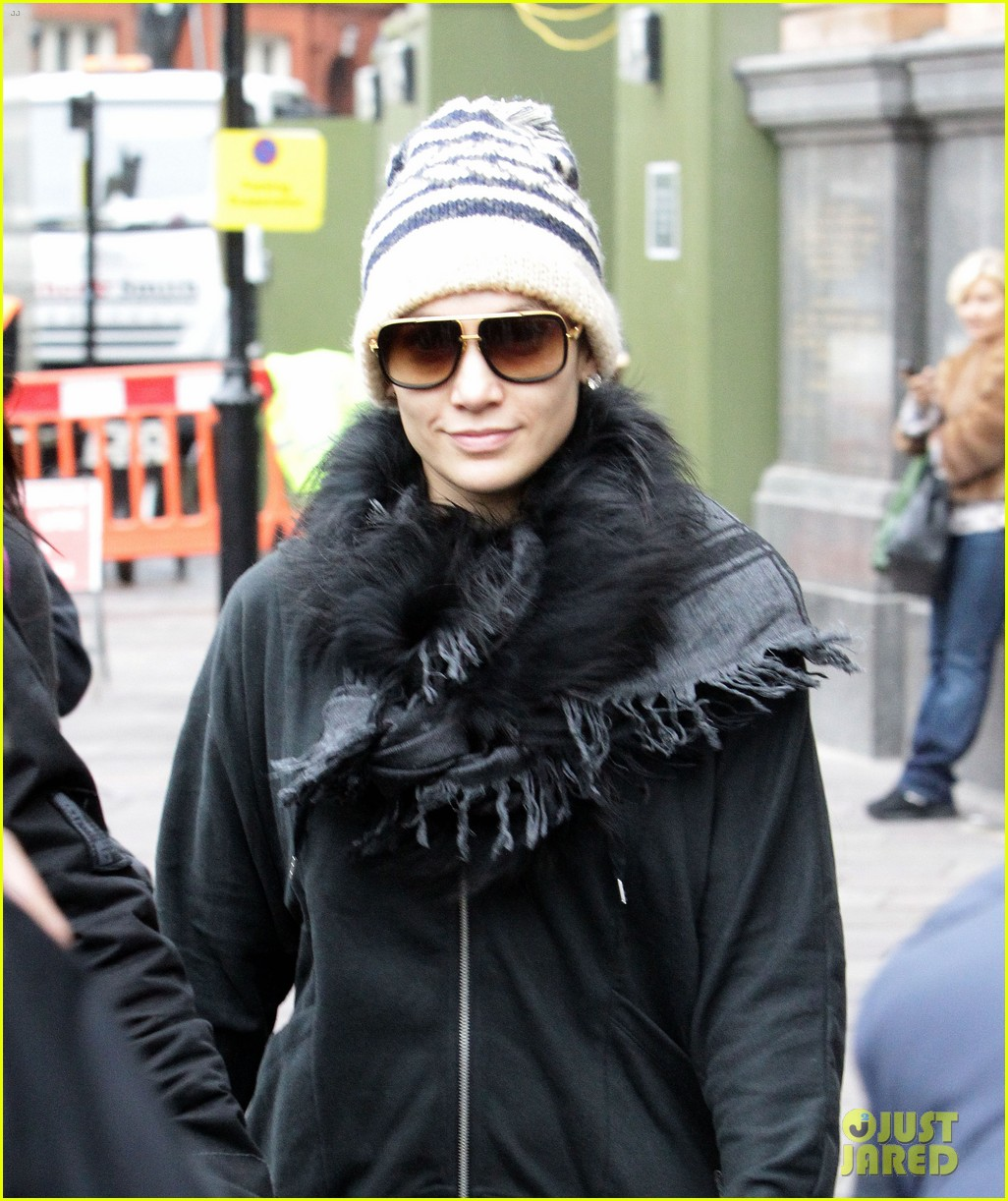 jennifer lopez toned tummy in london 04