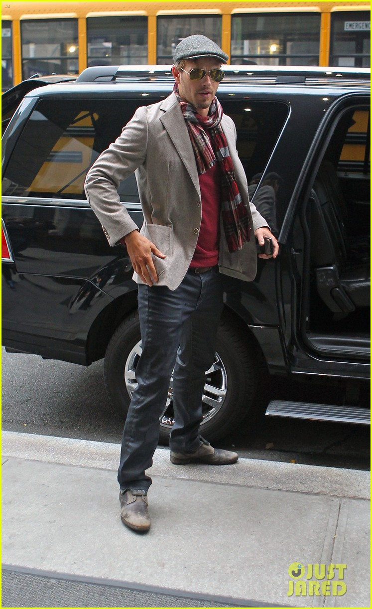 kellan lutz handsome hotel check out 23