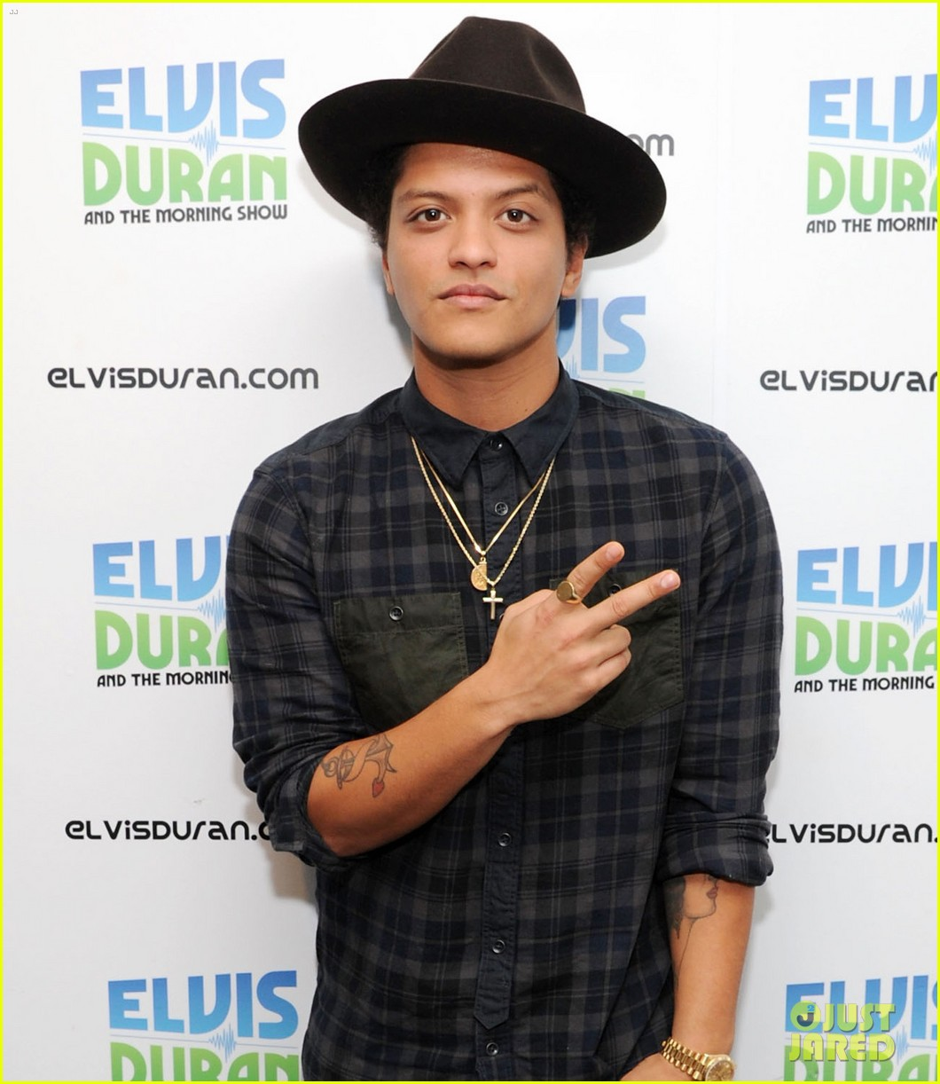 bruno mars locked out of heaven video premiere watch now 032739115