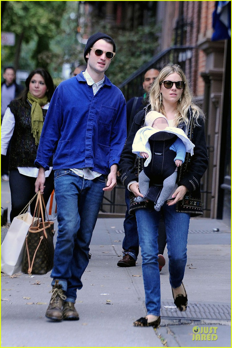 sienna miller tom sturridge new york walk with marlowe 012738165