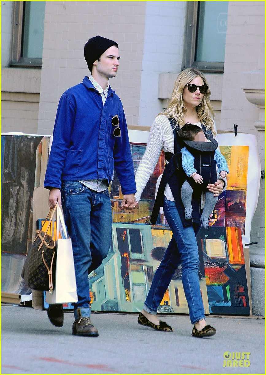 sienna miller tom sturridge new york walk with marlowe 032738167