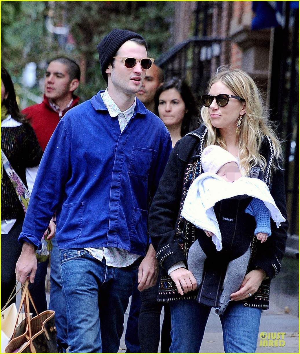 sienna miller tom sturridge new york walk with marlowe 072738171