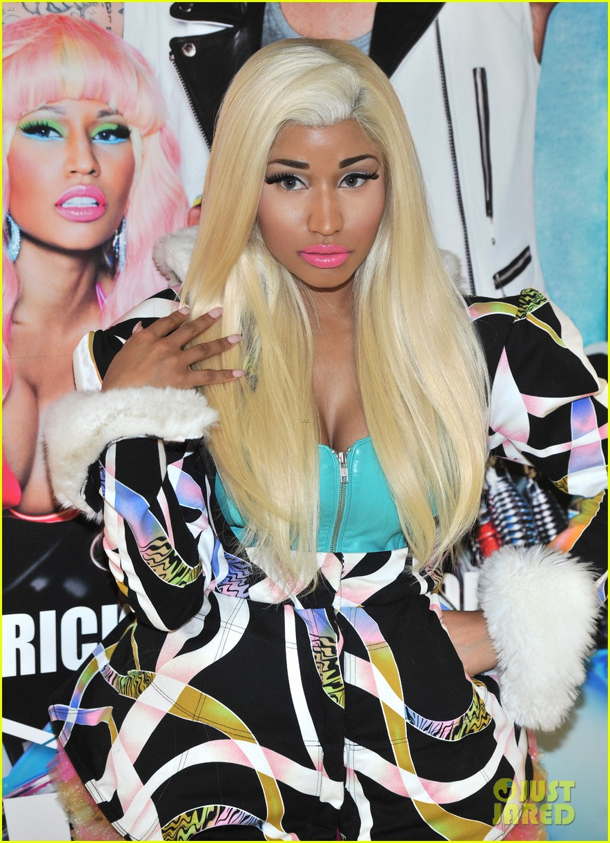 nicki minaj viva mac in store 05
