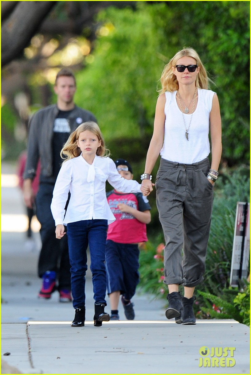 gwyneth paltrow chris martin family walk to school 01