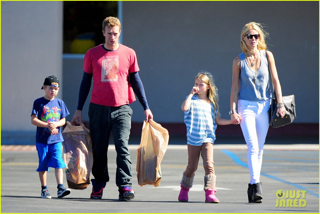 gwyneth paltrow chris martin toys r us with the kids 062744998