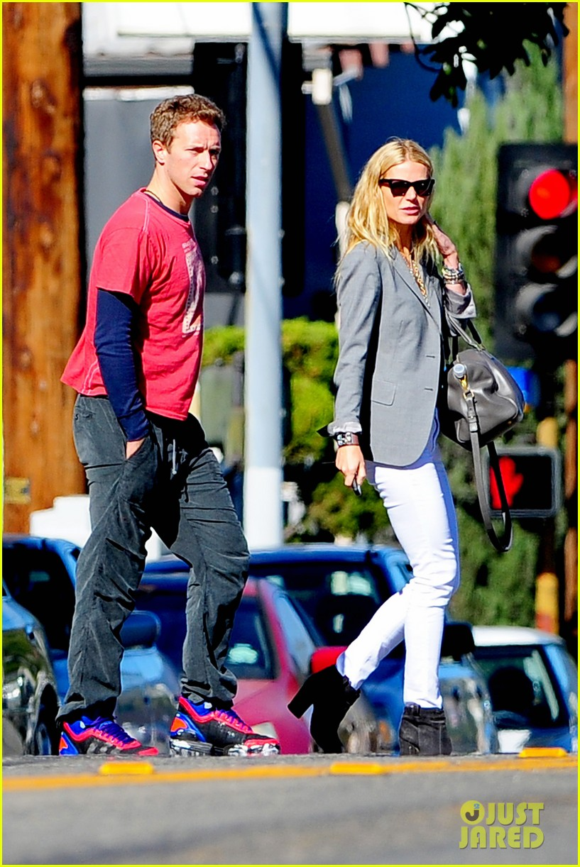 gwyneth paltrow chris martin toys r us with the kids 082745000
