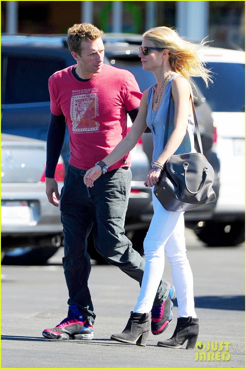 gwyneth paltrow chris martin toys r us with the kids 102745002