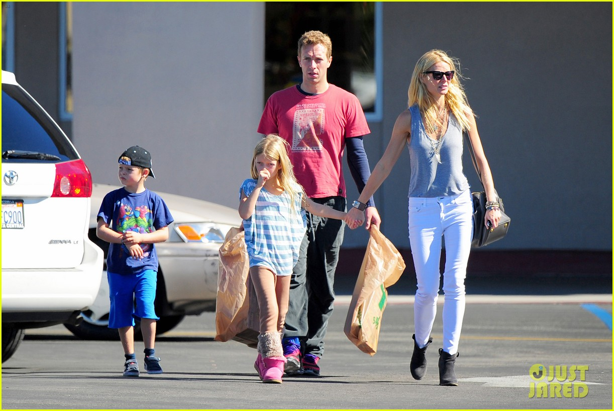 gwyneth paltrow chris martin toys r us with the kids 112745003