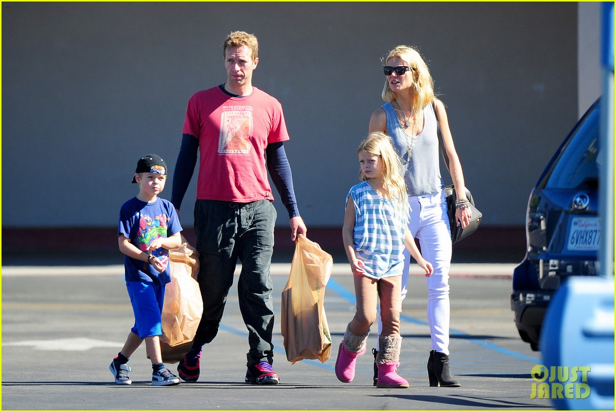 gwyneth paltrow chris martin toys r us with the kids 132745005