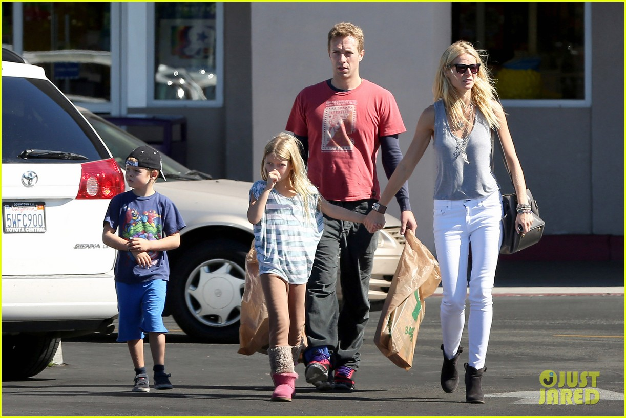gwyneth paltrow chris martin toys r us with the kids 172745009