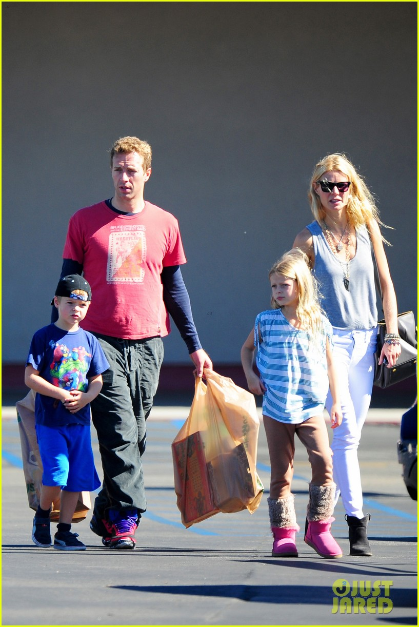 gwyneth paltrow chris martin toys r us with the kids 202745012