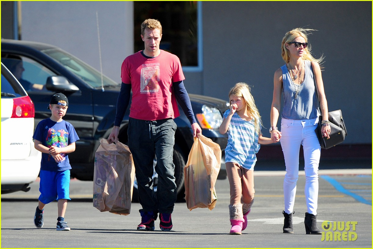 gwyneth paltrow chris martin toys r us with the kids 212745013