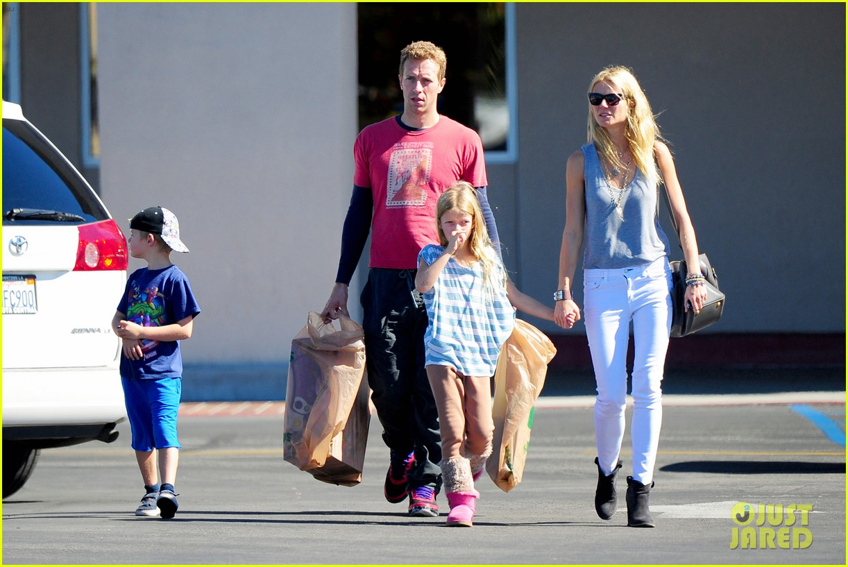 gwyneth paltrow chris martin toys r us with the kids 222745014