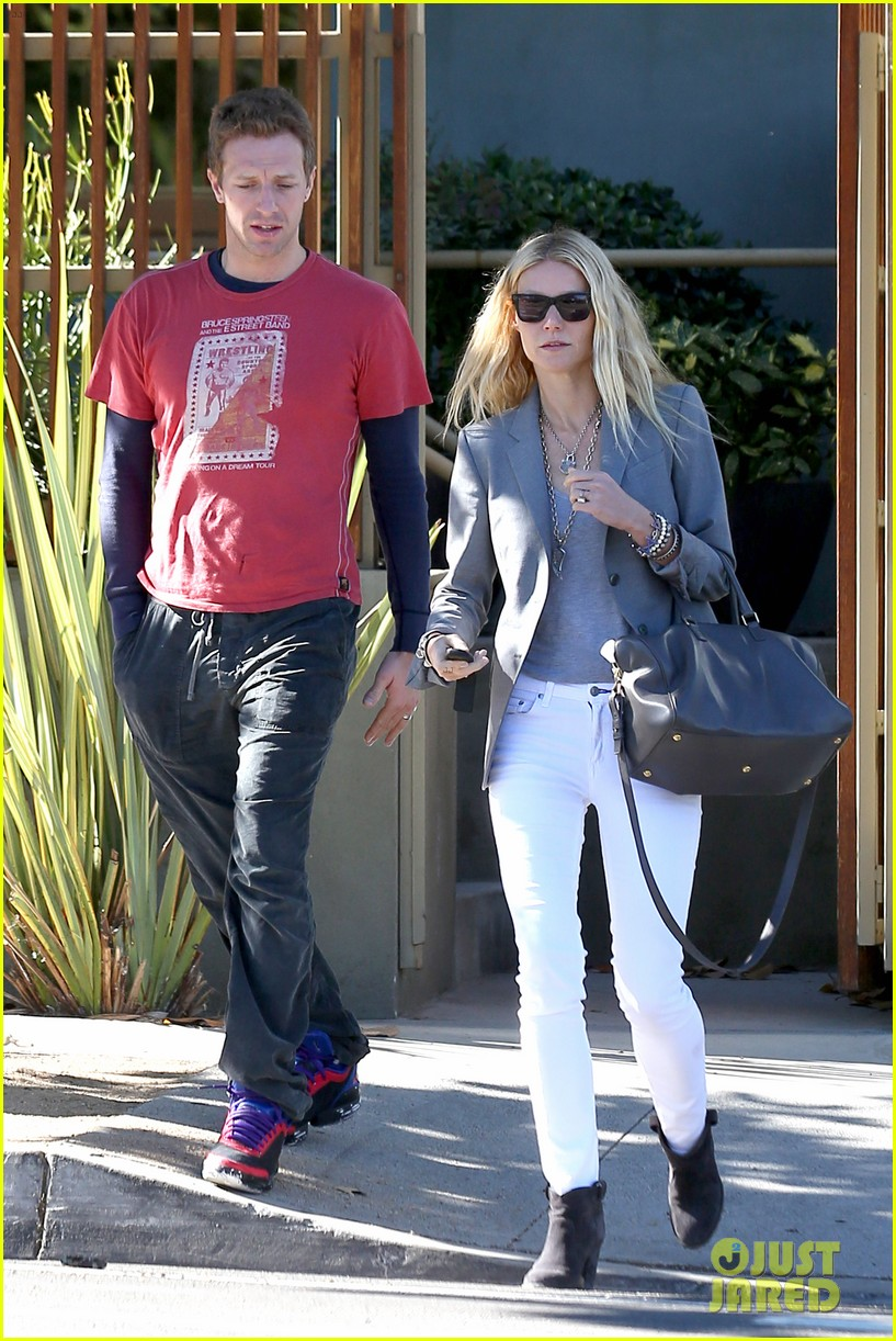 gwyneth paltrow chris martin toys r us with the kids 232745015