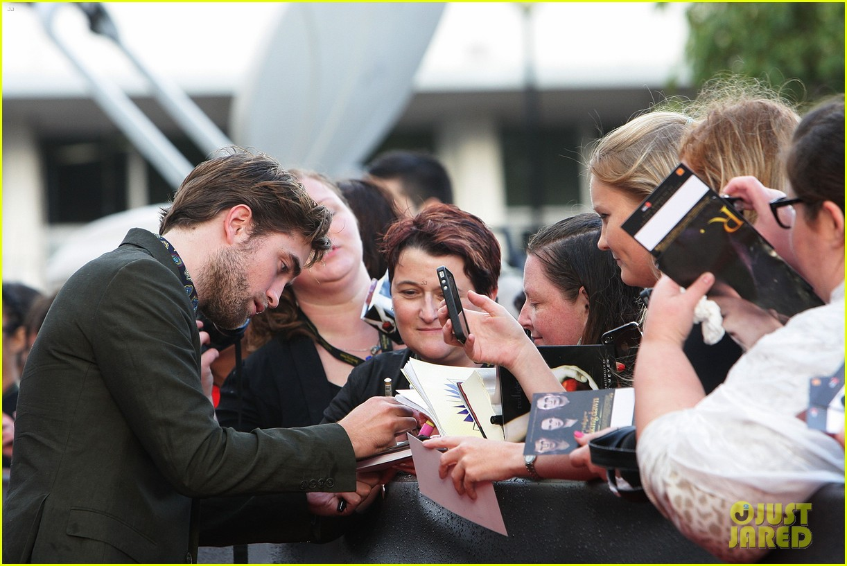 robert pattinson twilight saga breaking dawn part 2 fan event in sydney 042742514